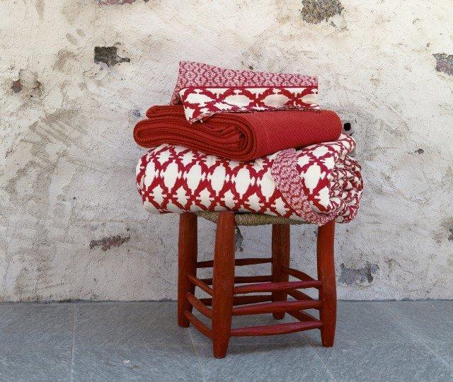 Il completo lenzuola e il quilt fantasia sono in raso di puro cotone tinto e sovrastampato; il quilt a due piazze costa 186 euro Coll. Marrakesh di Fazzini ] www.fazzinispa.com