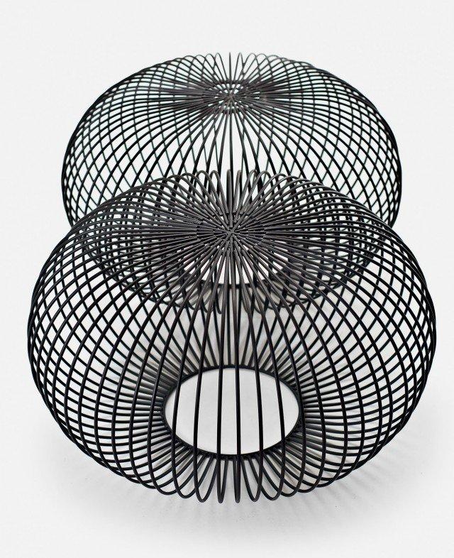 Tavolino o pouf, l'elemento è realizzato in tondino d'acciaio lavorato a mano e verniciato in nero opaco; esiste in tre misure; prezzo su preventivo. Ploff di La Cividina  ] www.lacividina.com