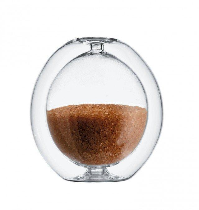 La zuccheriera Zucch di Alessi sembra magica, grazie a un effetto ottico sorprendente... La doppia parete in vetro dà l'impressione che il contenuto galleggi all'interno di una sfera di cristallo. Realizzata interamente a mano che rende ogni pezzo unico. Lo zucchero viene inserito attraverso un foro situato alla base e chiuso da un piccolo tappo in silicone trasparente. Capacità: 13 cl. Misura Ø 8,5 x H 9,5 cm. Prezzo 32 euro. www.alessi.it