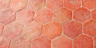 Pavimento in cotto: come proteggerlo dalle macchie