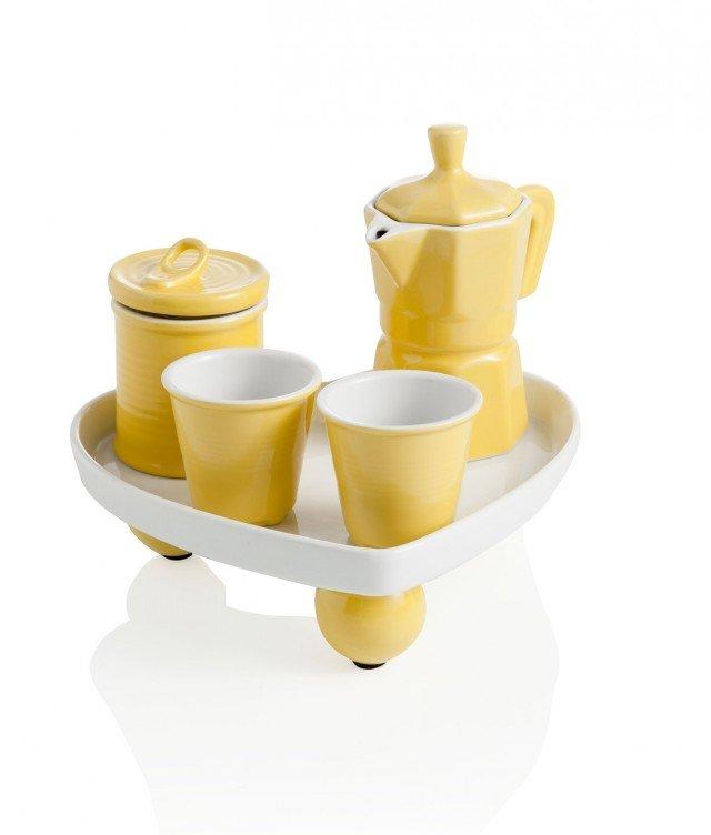 Il Coffee set di Brandani è un simpatico servizio per caffe perfetto per una pausa a due. La zuccheriera, la caffettiera i 2 bicchierini e il vassoio sono realizzati interamente in ceramica. Due i modelli proposti con o senza manici per le tazzine e con vassoio a forma di cuore o tondo. Giallo il set cuore o verde mela il set rondo. I vassoi misurano rispettivamente Ø 19,5 x H 21 cm. e Ø 20 cm. Prezzo 28 euro. Acquistabile su www.store.brandani.it