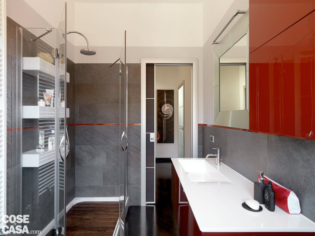Una casa moderna su livelli sfalsati cose di casa - Vasca da bagno grigia ...
