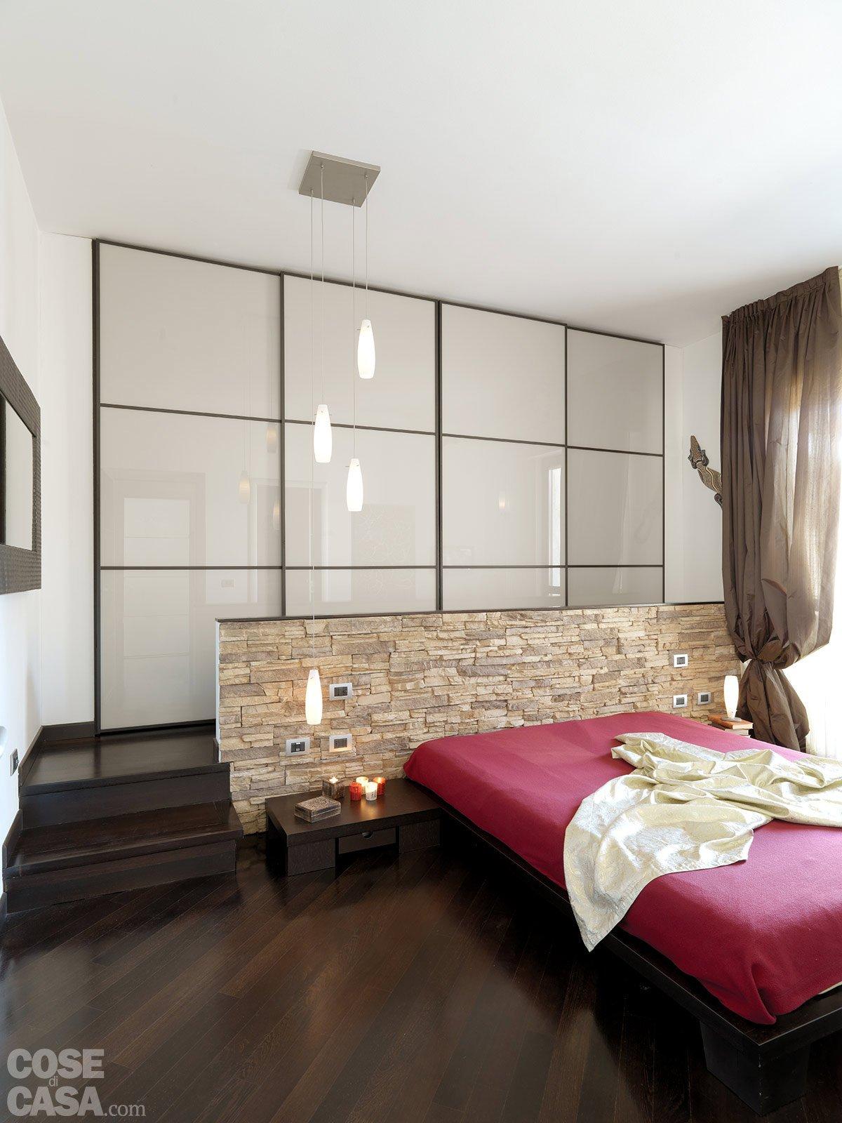 Parete dietro letto pietra design casa creativa e mobili for Parete letto