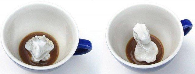 Il collettivo di designers Yumi Yumi ha creato questa serie di tazze da caffè in ceramica Creature Cups. L'idea è divertente, forse un po' inquietante per il caffè del risveglio. Trovarsi naso-naso con una dinosauro che ti fissa dalla tazzina può far partire la giornata in modo decisamente diverso!!! La serie comprende anche altri soggetti: piovra, coccodrillo, lontra marina, squalo aragosta. Prezzo a partire da 14 euro. In vendita su www.creaturecups.com