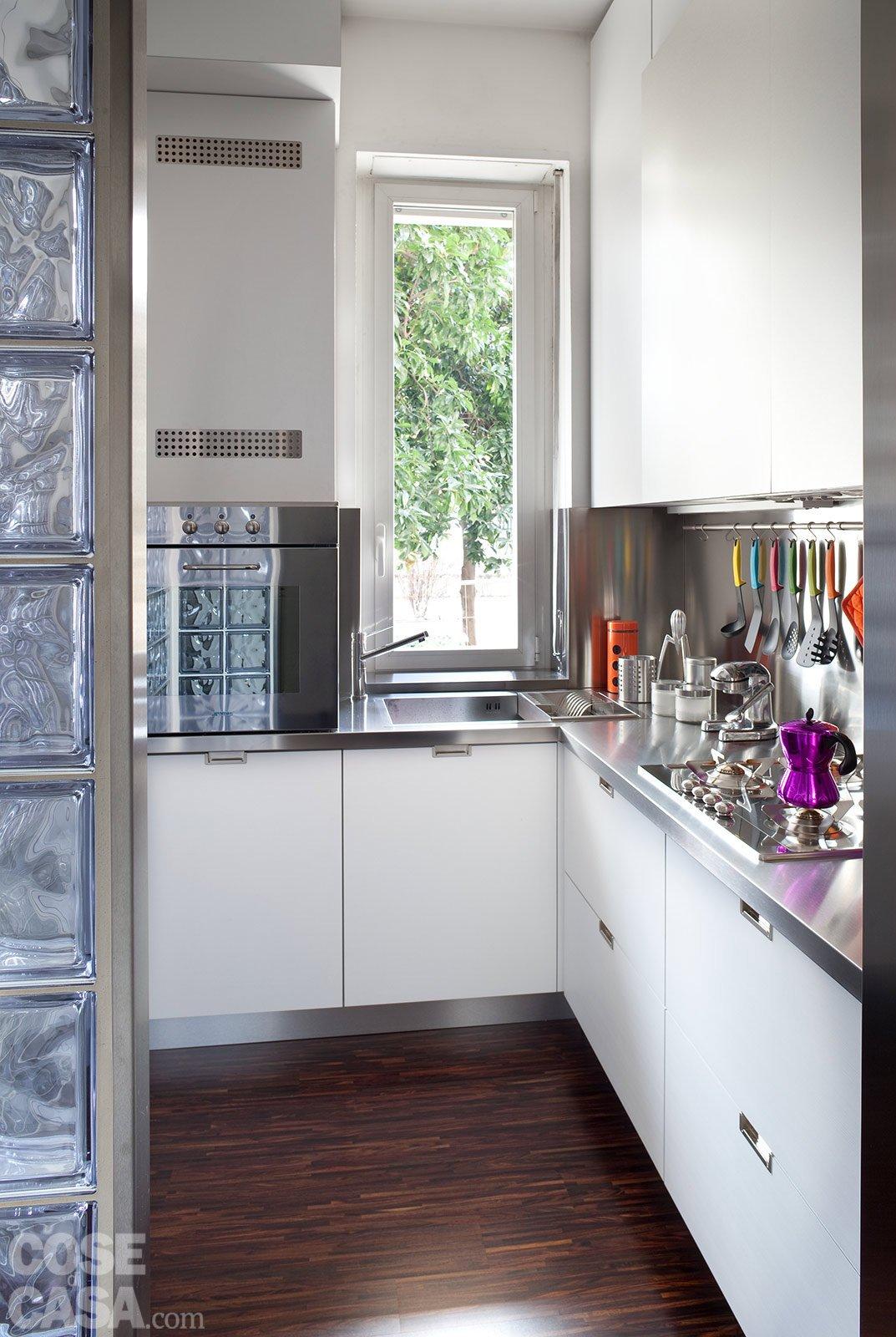 Una casa di 40 mq monolocale con cucina separata cose di casa - Cucina con finestra sul lavello ...