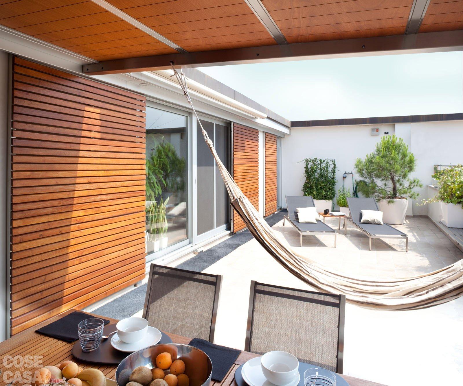 80 mq una casa per due perfetta per fare inviti cose - Mobile terrazzo legno ...