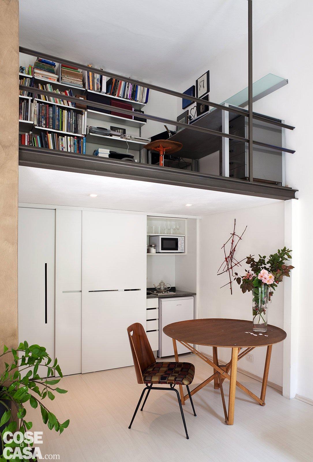 Monolocale una casa di 30 mq risolta al centimetro cose - Cucina con soppalco ...