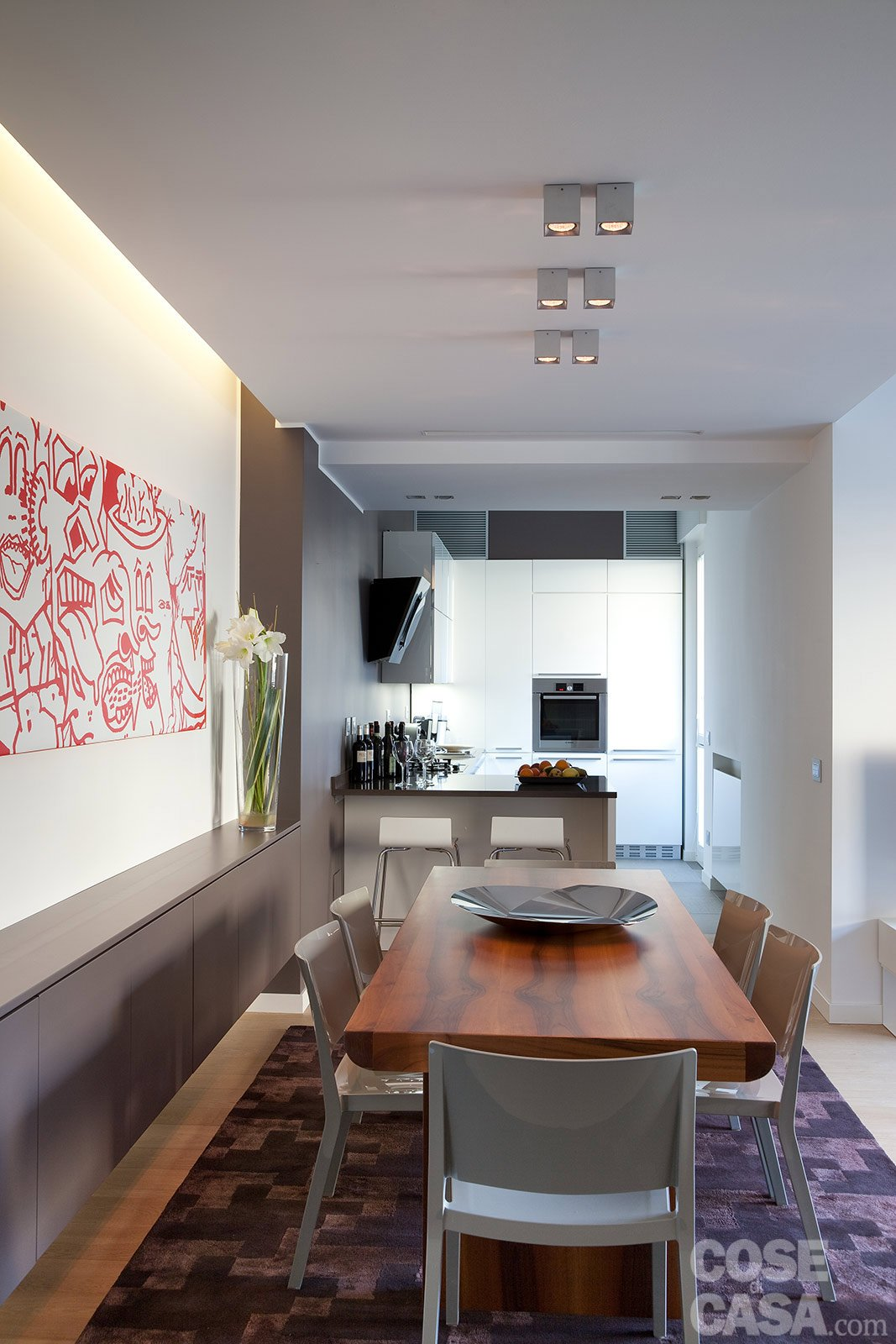 In corrispondenza del tavolo, a coppie sono applicate al soffitto in ...