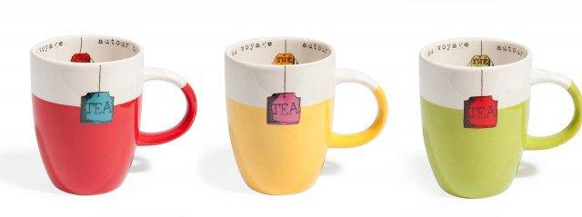 L'etichetta della bustina del tè esce dalla tazza, ma in realtà è solo un divertente decoro del Mug di Maisons du Monde, realizzato in maiolica, adatto anche per il forno a microonde e lavabile in lavastoviglie. Misura  Ø 9 x H 11 cm. Prezzo 3,90 euro. www.maisonsdumonde.com/IT/it
