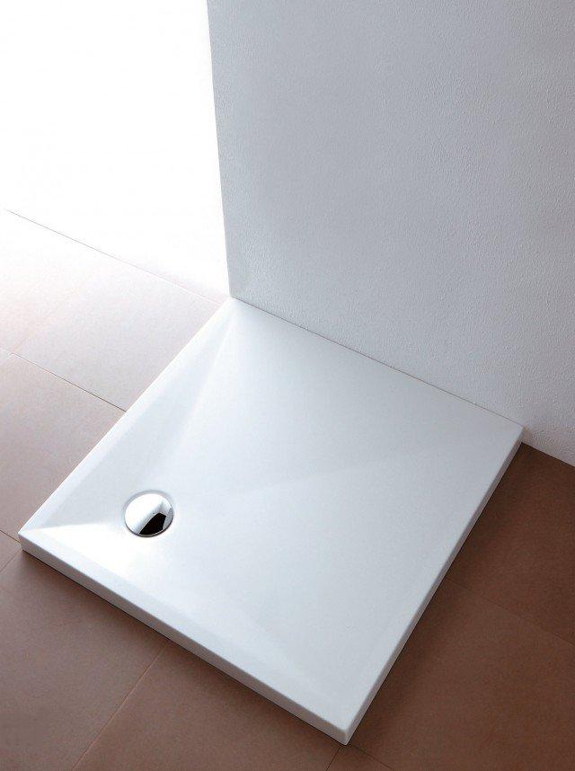 In ceramica Oly con antiscivolo, il piatto ha piletta di Ø 9 cm; misura 90 x 90 x 6 cm e costa 398,09 euro Oly di Olympia Ceramica ] www.olympiaceramica.it