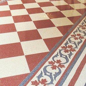 La composizione a pavimento in graniglia di Aganippe è formato da piastrelle monocolore da 20x20 cm e 40x40 cm da lucidare in opera e da elementi decorati da 20x20 e 25x25 cm.  Le prime costano al mq 55 euro; le altre, al pezzo, costano 20 euro.