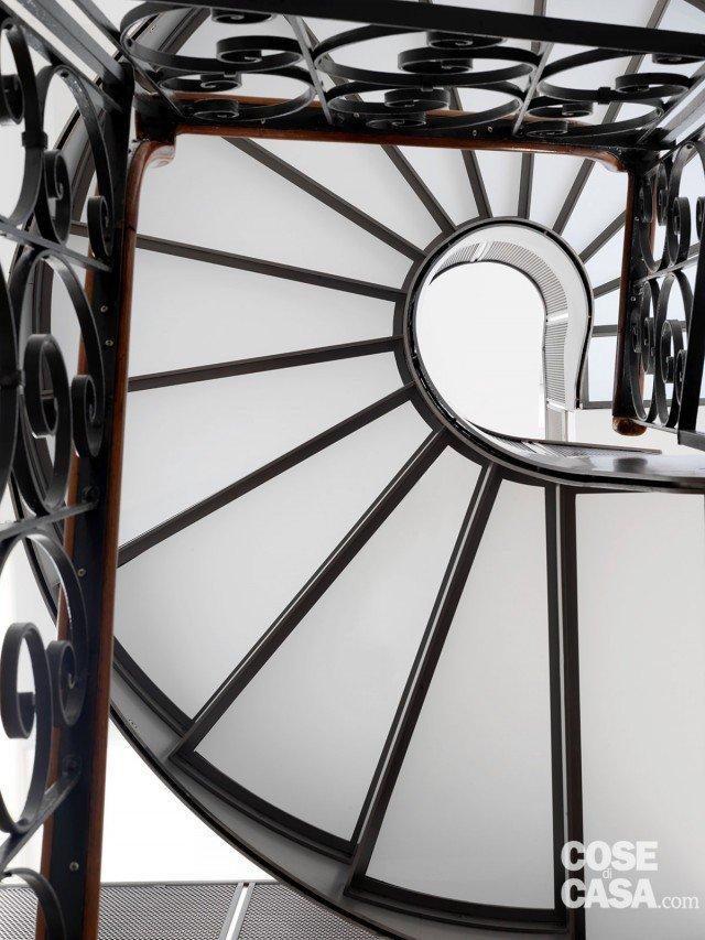 La scala, che è stata realizzata su disegno, è formata da due rampe che collegano il piano terra al primo piano; prosegue poi con andamento elicoidale tra il primo piano e il sottotetto: in quest'ultimo tratto i gradini sono in vetro. Nella prima parte la ringhiera è in ferro battuto con corrimano in legno, nella seconda è in lamina d'acciaio microforata.