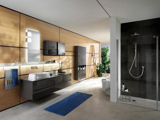 La collezione per il bagno Scavolini Bathrooms comprende mobili, lavabi integrati nei piani, sanitari sospesi e a terra, rubinetterie, piatti, box doccia e vasche. Si completa inoltre di specchiere, accessori e una linea di 30 sistemi di illuminazione. www.scavolini.com