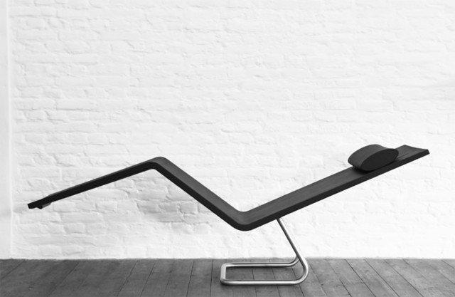 Sembra una scultura la chaise-longue MSV Chaise di Vitra. Non appena la si utilizza, si apprezza subito il suo estremo comfort: la morbida schiuma integrale si adatta alla forma del corpo e la struttura della base, in acciaio inox, consente di passare dalla posizione seduta a quella distesa in tutta semplicità. Adatta anche all'esterno. Misura L 154 x  P 45, x H 86,7 cm. Prezzo 1,555 euro. www.vitra.com