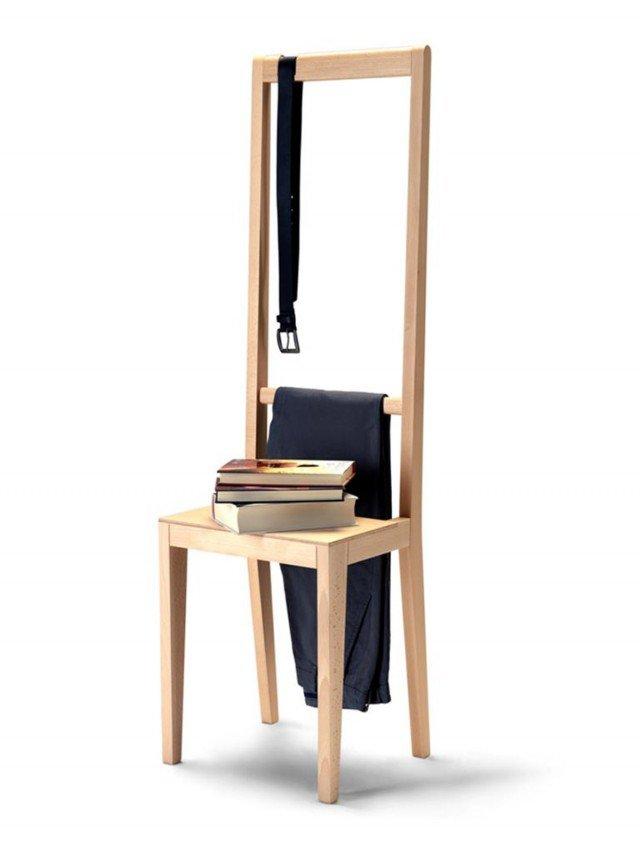 Le sedie vengono usate in molti altri modi oltre che per sedersi: allora perché non crearne una fatta appositamente per ulteriori impieghi? Alfred di Covo è perfetta ovunque, nell'ingresso, nella camera da letto e nella cabina armadio accogliendo agevolmente qualsiasi oggetto. È dotata di un ampio piano d'appoggio mentre lo schienale arricchito con una traversa nella parte inferiore e una sagoma incisa nella parte superiore, servirà come un comodo appendiabiti. Disponibile nei colori bianco, blu, rosso e naturale. Misura L 38 x H 46/130 cm. Prezzo 296 euro. www.covo.it