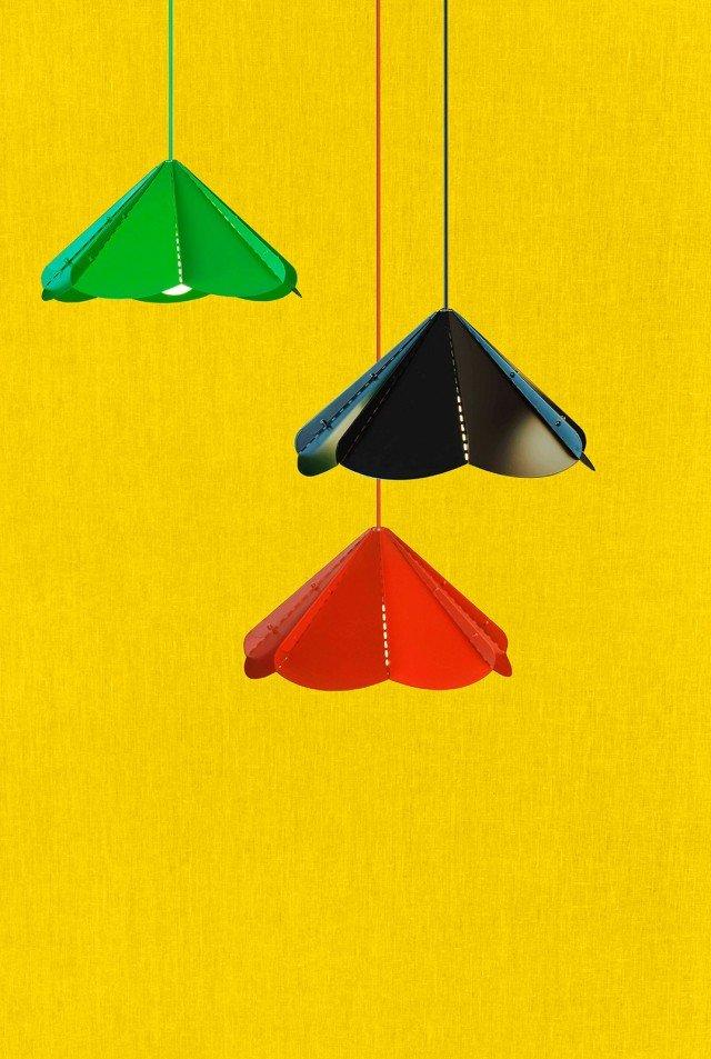 La sospensione a tinte forti Jonosfär di Ikea diffonde una luce diretta. Ha il paralume in acciaio rivestito a polvere disponibile in tre colori. Misura diametro 39 x H 23 cm. Prezzo 14,99. www.ikea.it