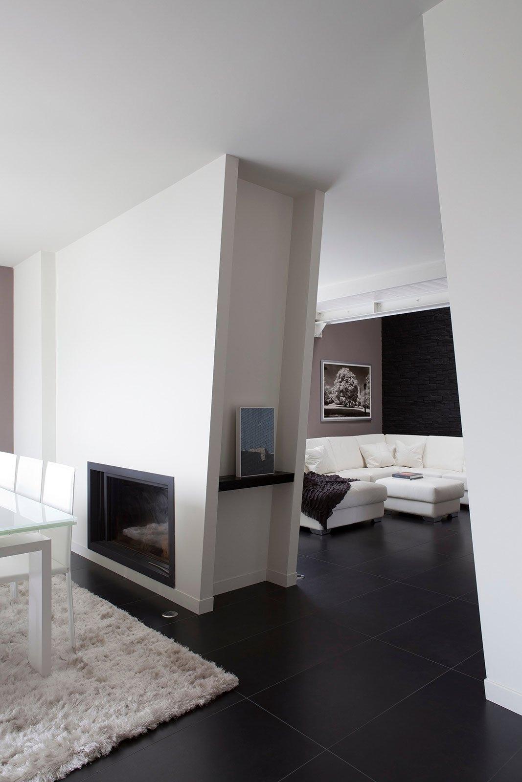 Bianco grigio nero per la casa di gusto contemporaneo for Pareti soggiorno grigio