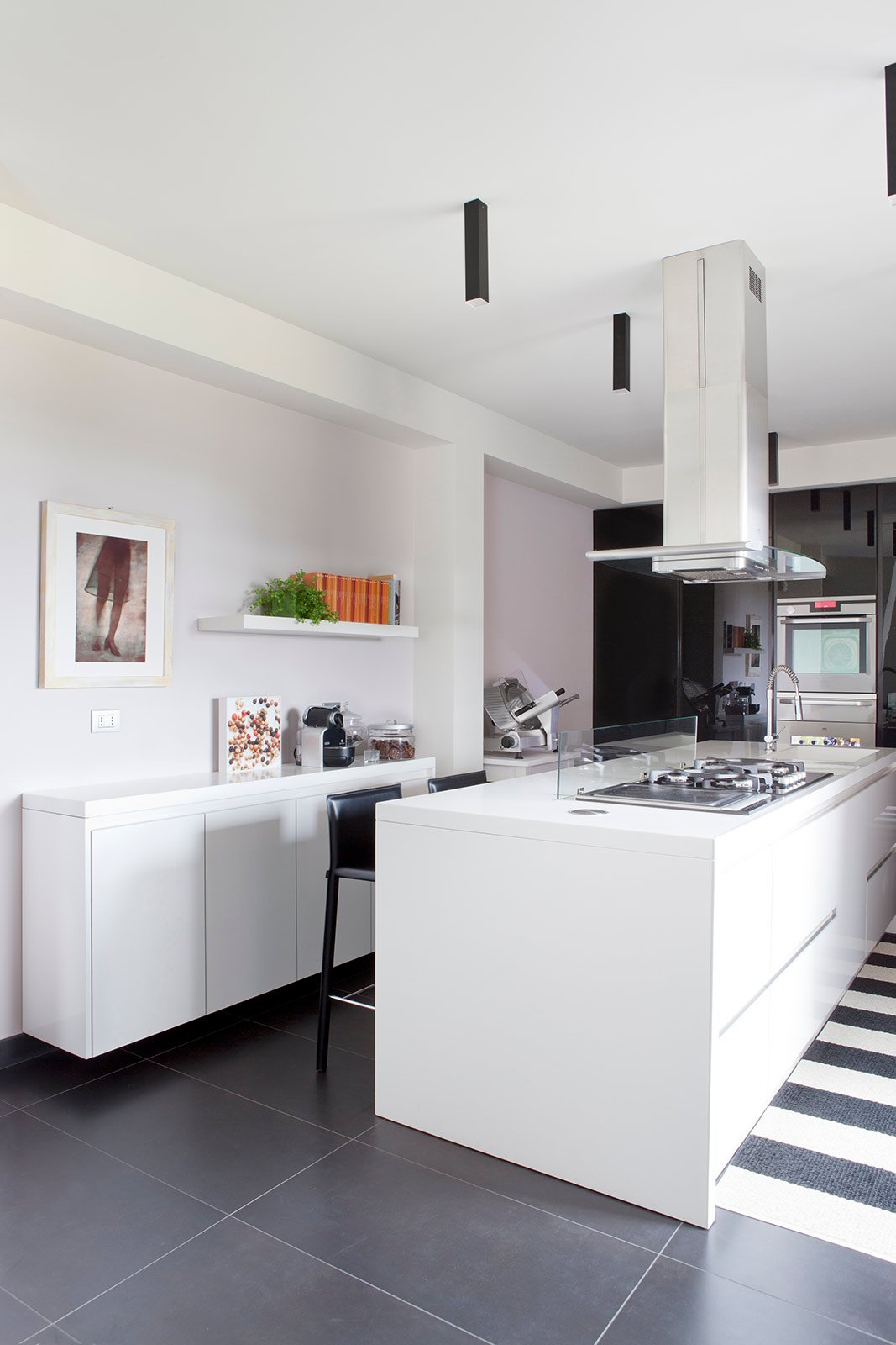 Parete Grigia In Soggiorno : Bianco grigio nero per la casa di gusto contemporaneo