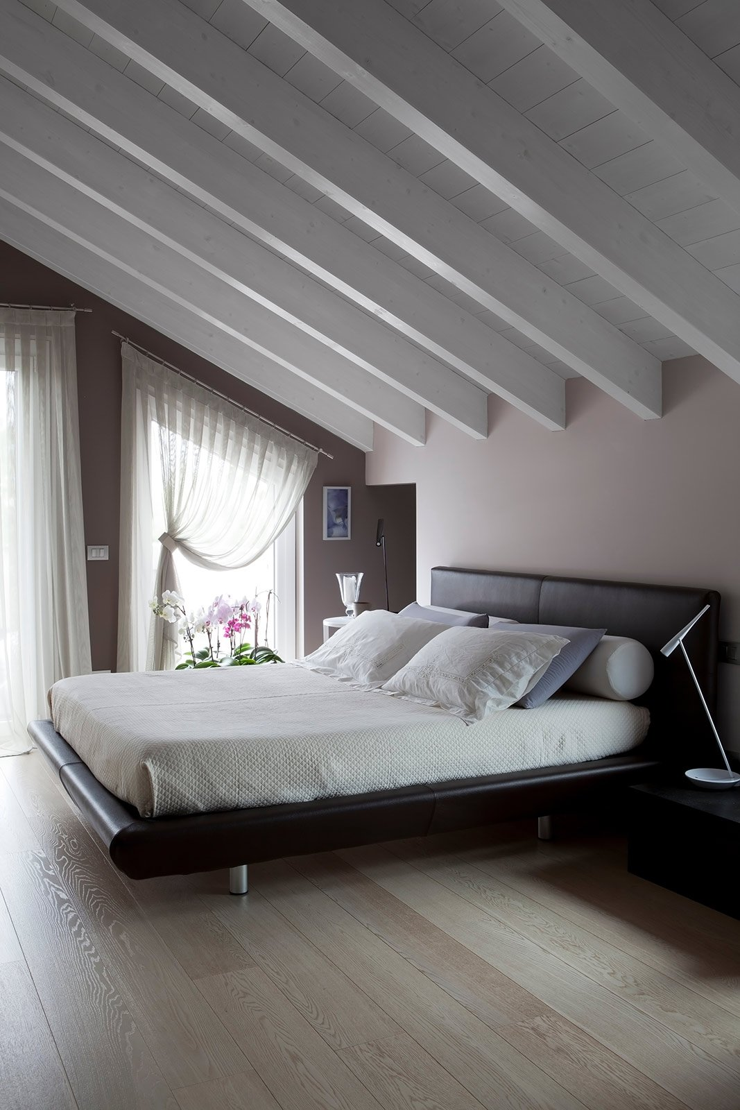 Bianco grigio nero per la casa di gusto contemporaneo for Soffitto travi a vista bianco