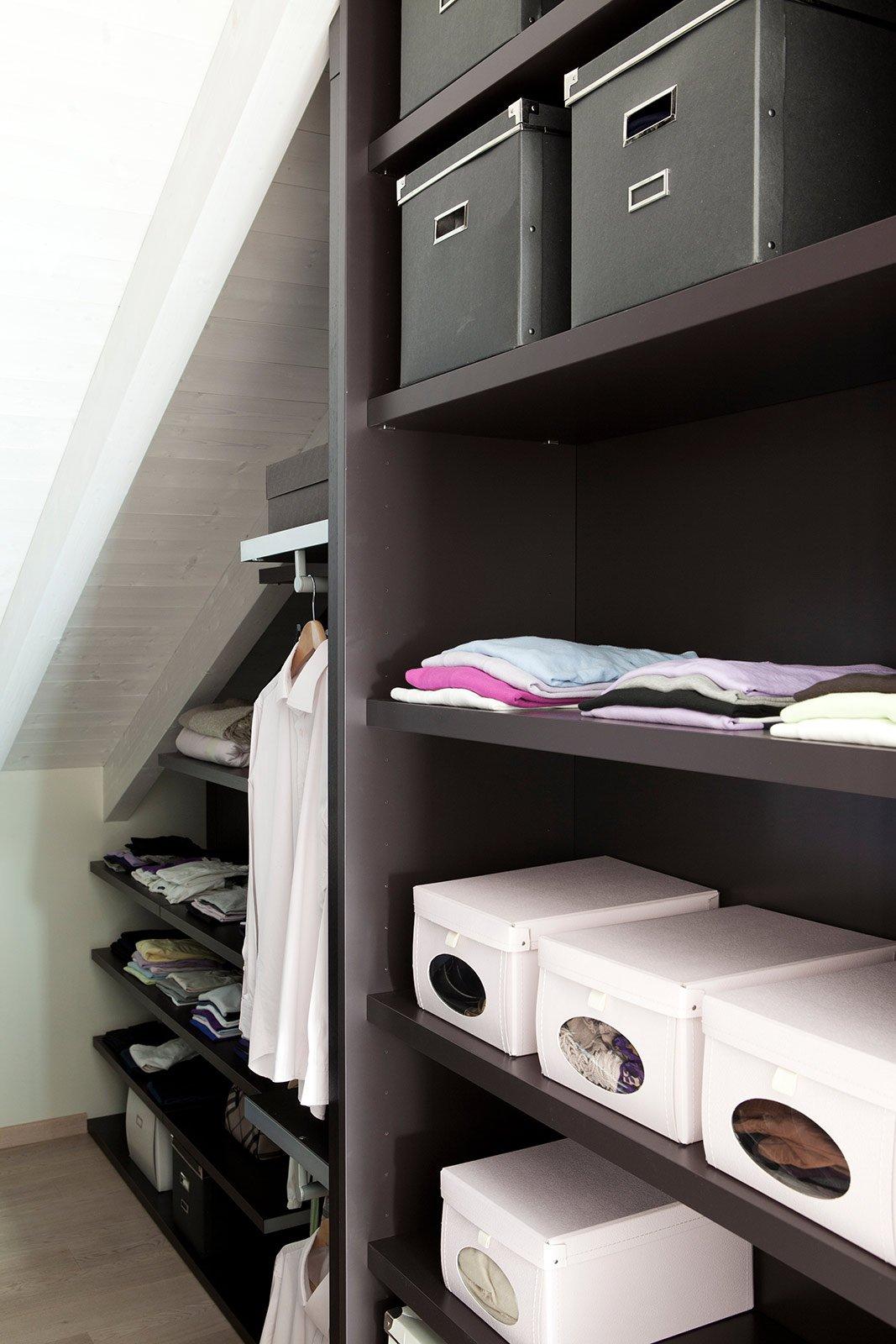 Bianco grigio nero per la casa di gusto contemporaneo for Arredare sottotetto basso