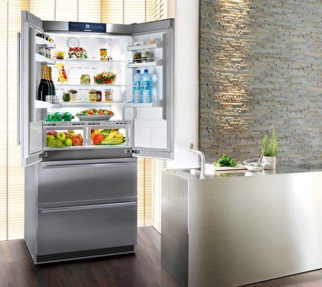 In classe A+, l 4 porte CBNes 6256 di Liebherr è dotato di cassetti BioFresh che aumentano la conservazione dei cibi freschi grazie alla temperatura a 0°C e alla possibilità di controllare il livello di umidità. Inoltre il congelatore con apertura a 2 cassetti è NoFrost con produttore di ghiaccio. Grazie a due circuiti di raffreddamento è possibile regolare le temperature di frigorifero e congelatore in modo preciso e indipendente. Misura L 91 x P 61,5 x H 203,9 cm. Costa 5.342,79 euro. www.bsdspa.it