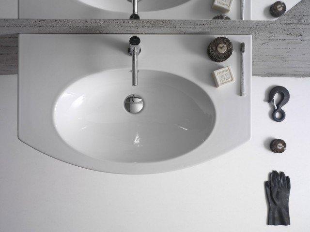 Ha bordi quasi impercettibili il lavabo a installazione sospesa della collezione 4ALL di Globo con foro troppopieno. In ceramica bianca, misura L 80 x P 48 cm . Prezzo su preventivo. www.ceramicaglobo.com