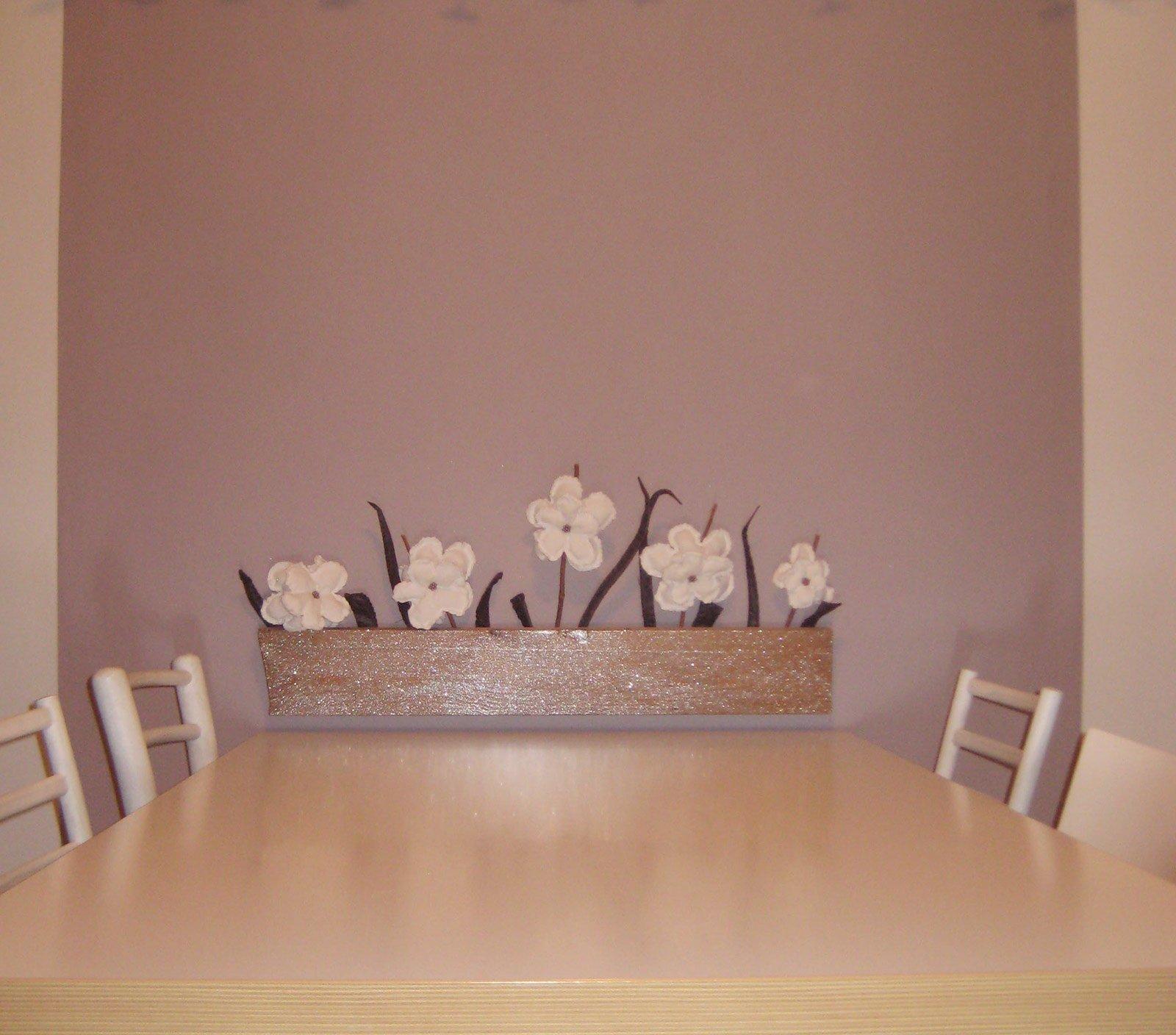 Decorare la parete con un vaso di fiori cose di casa - Decorare parete cucina ...