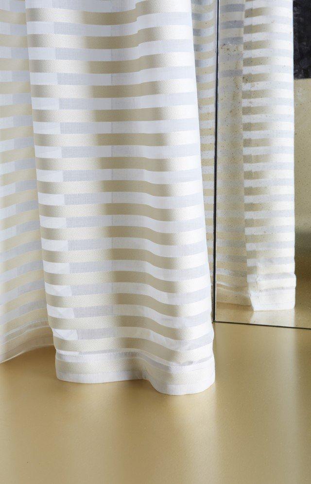 Parallel, tessuto leggero in filato opaco abbinato a raso lucido. Ideale per la confezione di tende di ambienti classici e contemporanei. Alto 300 cm, prezzo al metro 165, di Dedar. www.dedar.com