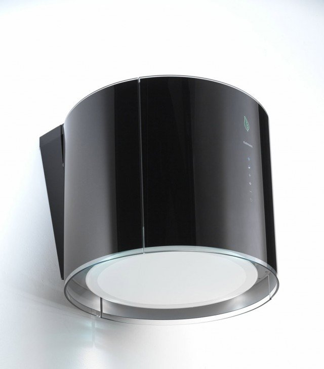 E' racchiusa in una semplice forma cilindrica da 45 cm tutta l'innovativa tecnologia della cappa Eolo di Falmec. Dotata di sistema ionizzante per la purificazione dell'aria, ha struttura in vetro temperato bianco o nero, aspirazione perimetrale e motore da 450 m3/h con controllo regolabile a 4 velocità. Prezzo 2.444 euro. www.falmec.com