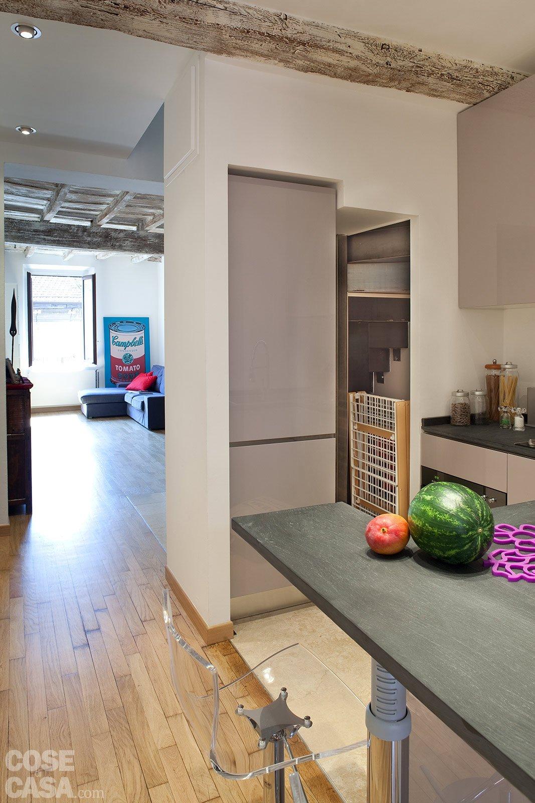 Una casa stretta e lunga che ottimizza lo spazio cose di for Pavimenti per cucina e soggiorno
