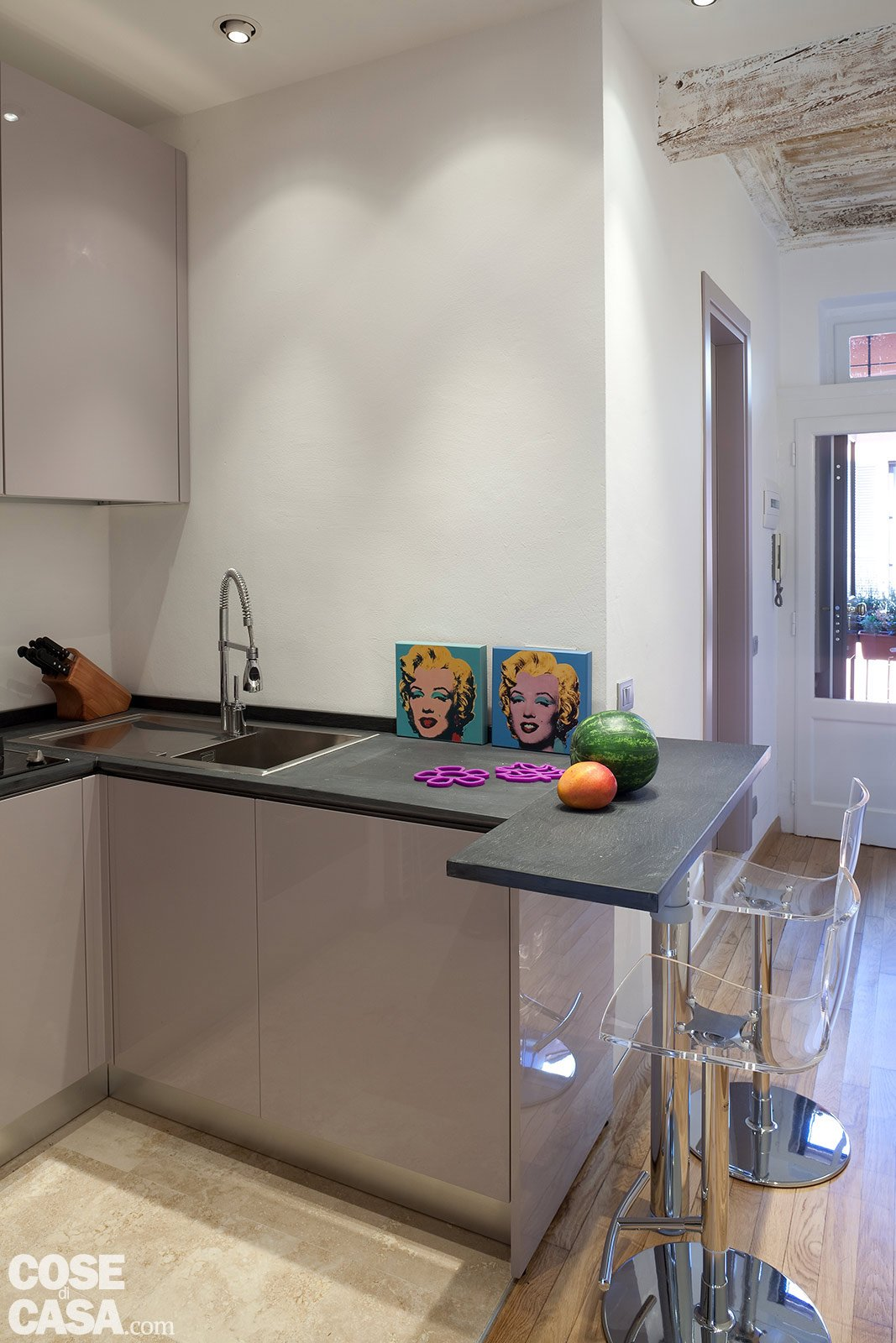 Una casa stretta e lunga che ottimizza lo spazio cose di for Arredare cucina piccola e stretta