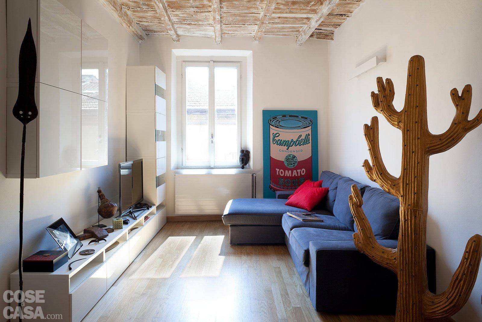 Una casa stretta e lunga che ottimizza lo spazio cose di for Divano davanti porta finestra