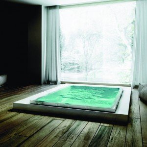 La vasca con idromassaggio nascosto Fusion del Gruppo Tre Esse è disegnata da Marc Sadler. www.gruppotres.it