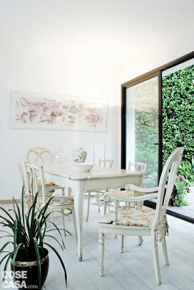 galliena-cornice-sul-giardino-living-tavolo