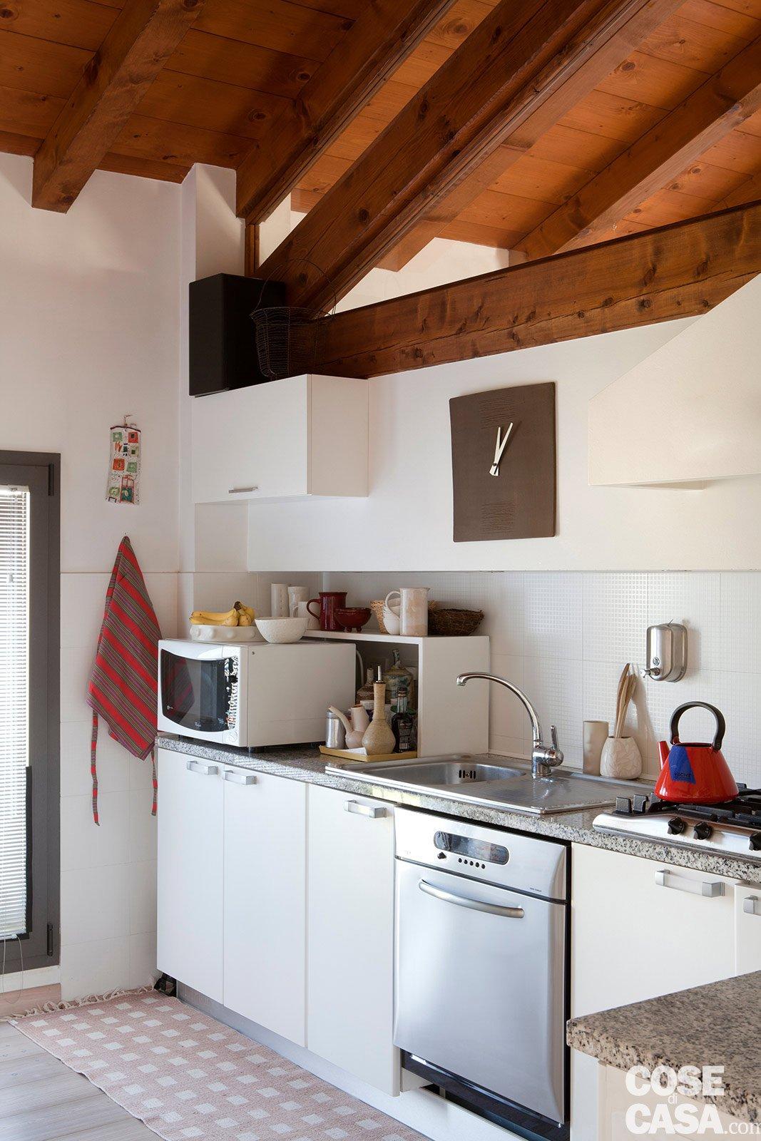 Di Muro Dipinta Di Verde Spezza Le Tonalità Calde Con Una Nota Di #703818 1067 1600 Piccole Cucine A Ferro Di Cavallo