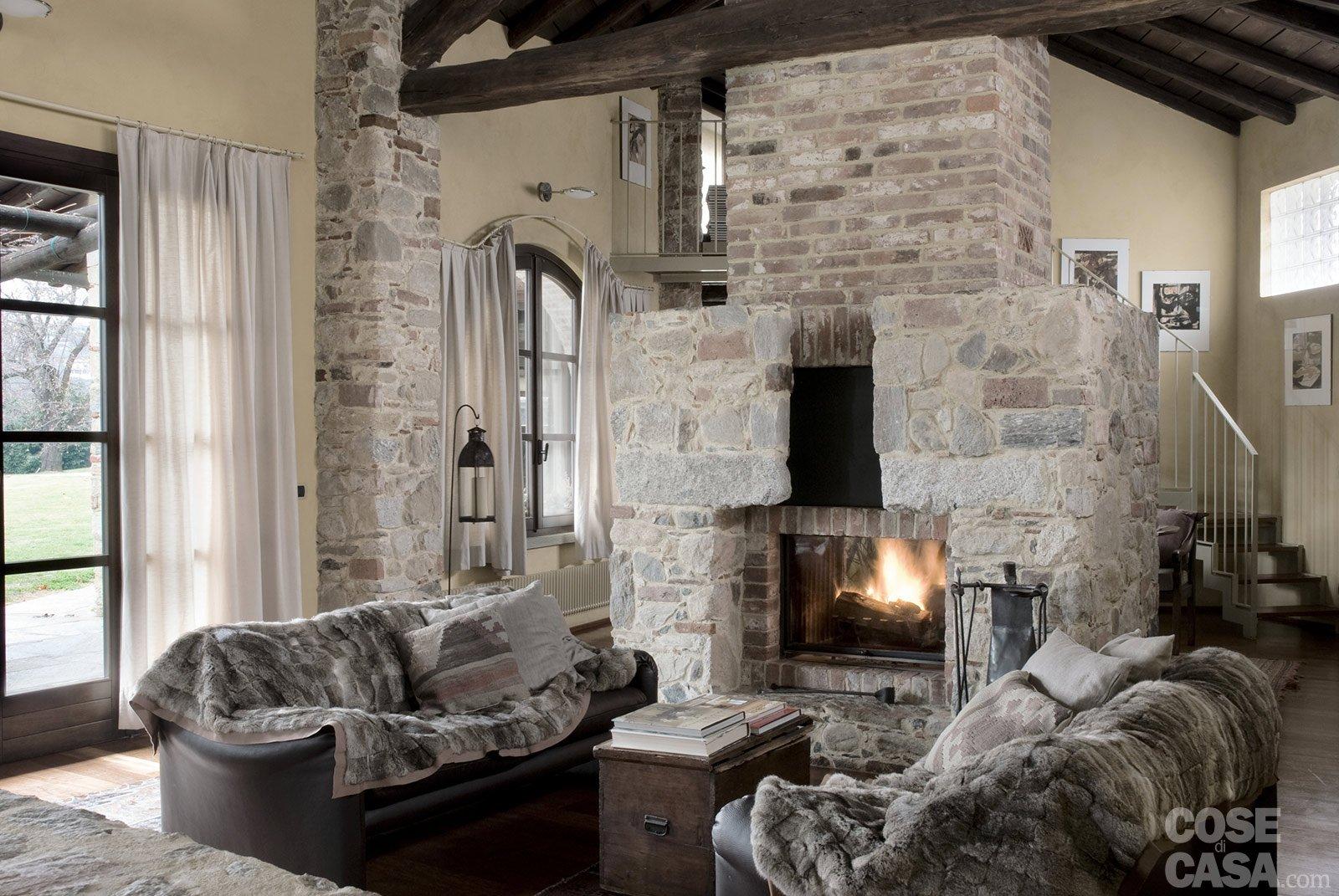 Una casa rimessa a nuovo conservando cose di casa for Arredare il soggiorno con camino ad angolo