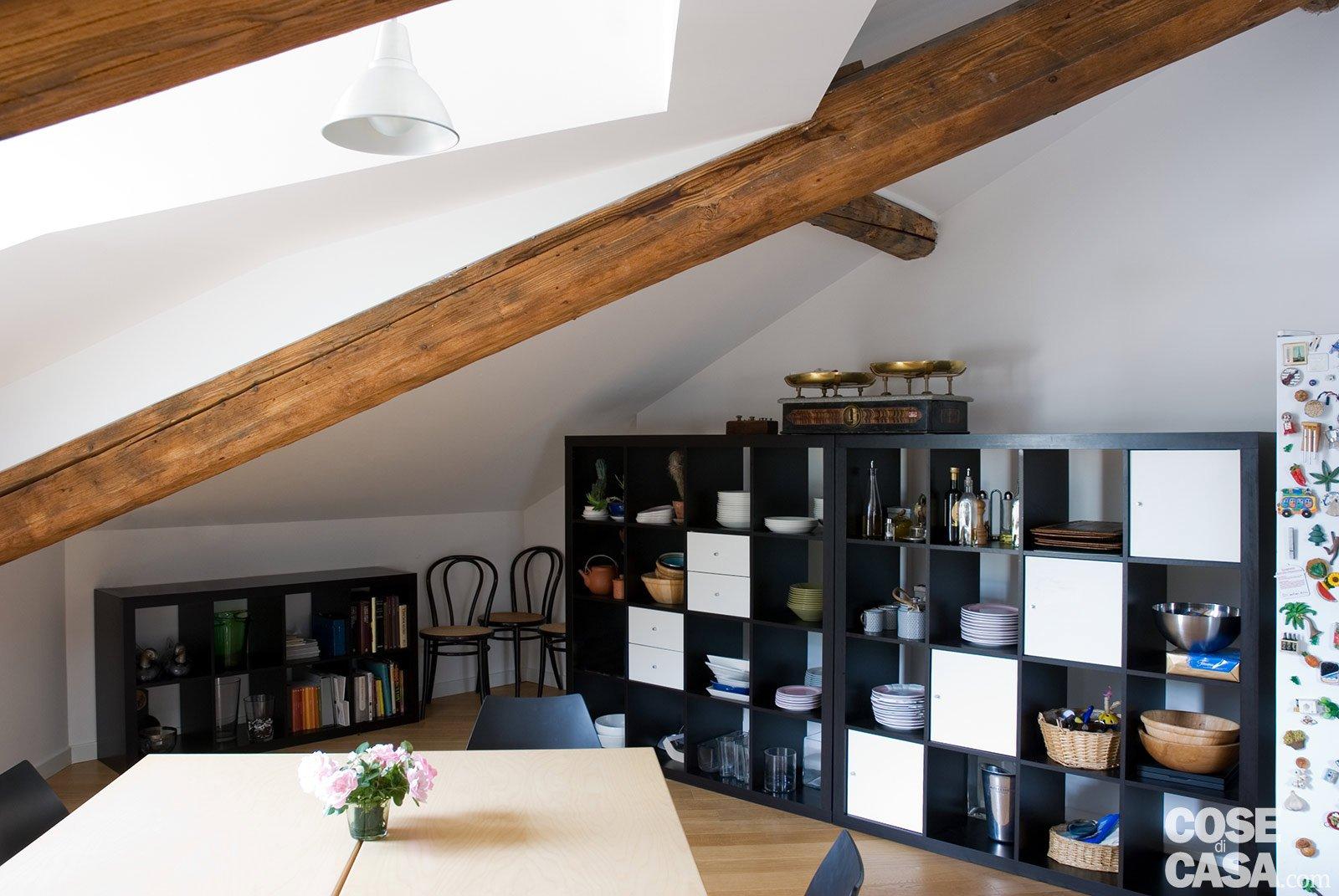 Casabook immobiliare sottotetto una casa con travi a vista for Arredare mansarda ikea