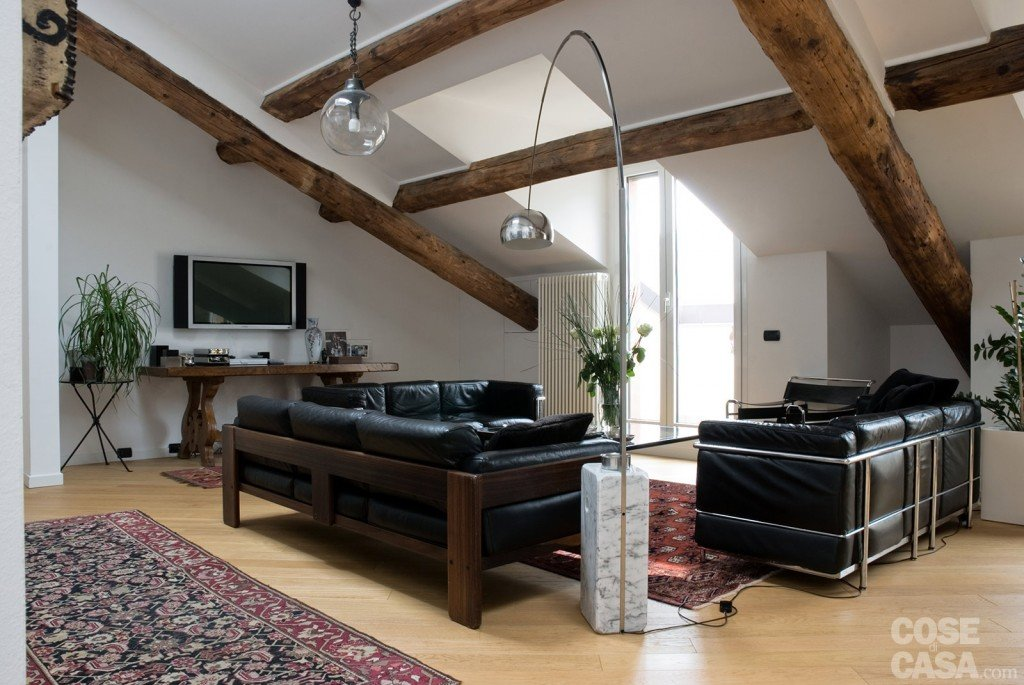 Idee Lampadari Soggiorno : Sottotetto: una casa con travi a vista ...