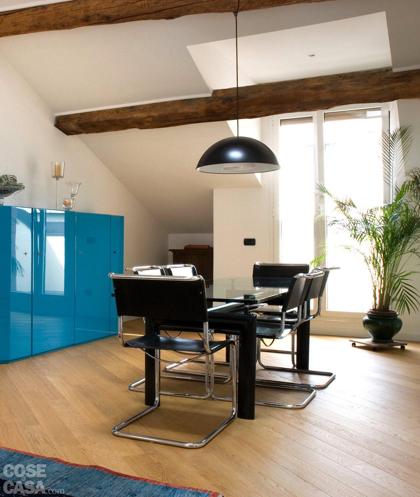 Sottotetto: Una Casa Con Travi A Vista Cose Di Casa #116A89 1351 1600 Lampada Sala Da Pranzo