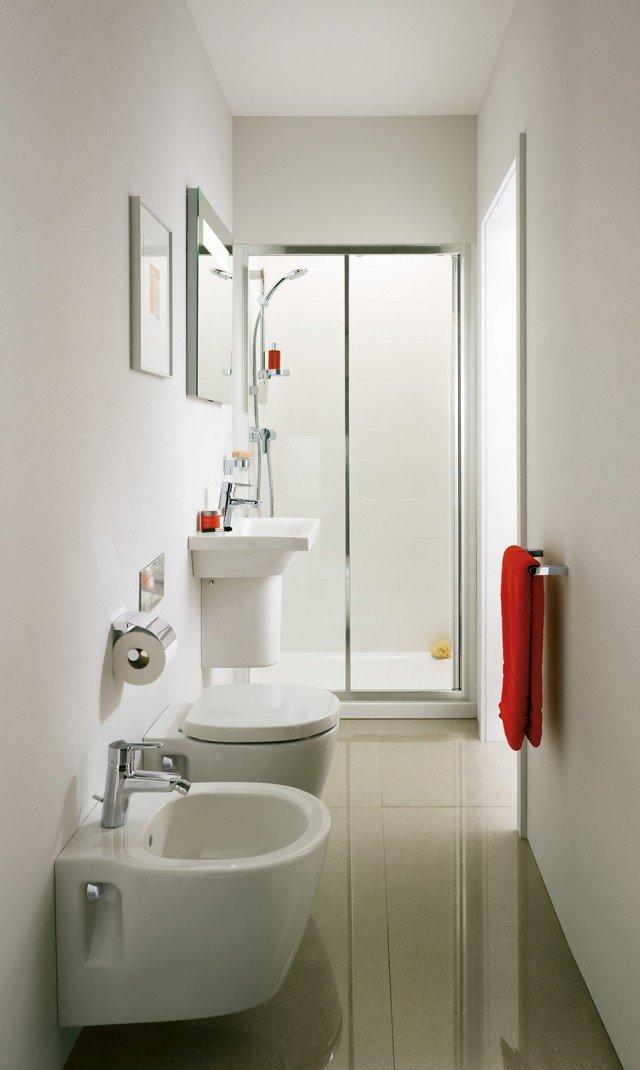 Nel bagno stretto e lungo sono stati utilizzati della Connect Space di Ideal Standard un lavabo in ceramica a semicolonna che misura L 55 x P 38 cm. Sopra è appeso uno specchio con luce da 50 cm. I sanitari, installati uno a fianco dell'altro, sono sospesi e misurano L 36,5 x P 48,5 cm. Il piano doccia della cabina doccia Connect PS sfrutta l'intera larghezza dell'ambiente. Prezzo su preventivo. www.idealstandard.it