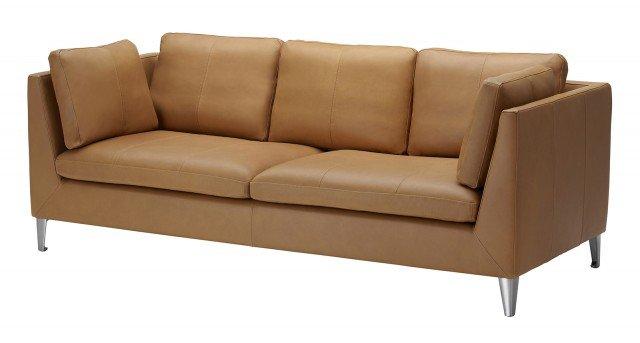 Il divano tre posti di Ikea Stockholm ha i piedini in alluminio ed è interamente rivestito in fior di pelle che lo rende piacevole al tatto; con il tempo il pellame tende a scurirsi e diventa più morbido. Misura L 211 x P 88 x 80 cm. Prezzo 1.599 euro. www.ikea.it