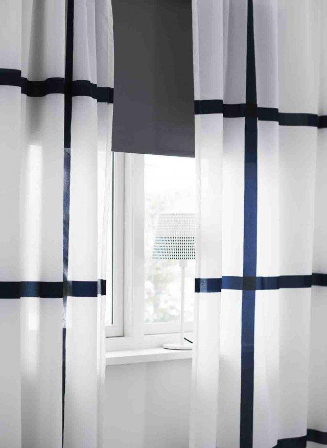 Marmorblad, leggera e filtrante la tenda bianca e blu in misto poliestere 70% e cotone 30%. Misura L 145 x H 300 e costa 14,99 euro. Qui abbinata a Tupplur, tenda a rullo oscurante in 100% cotone trattato con plastica acrilica. Si fissa sia all'interno del telaio della finestra, sia all'esterno, oppure a soffitto. Disponibilie anche in altri colori e dimensioni, misura L 140 x H 195 e costa 28,99 euro. Tutto di Ikea. www.ikea.it