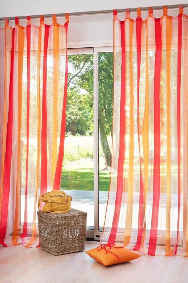Tenda a righe lampone in tessuto leggero, 100% poliestere, nei toni dell'arancio. Per un ambiente vivace e luminoso. Misura L 145 x H 250, costa 15,90, di Maisons Du Monde. www.maisonsdumonde.com