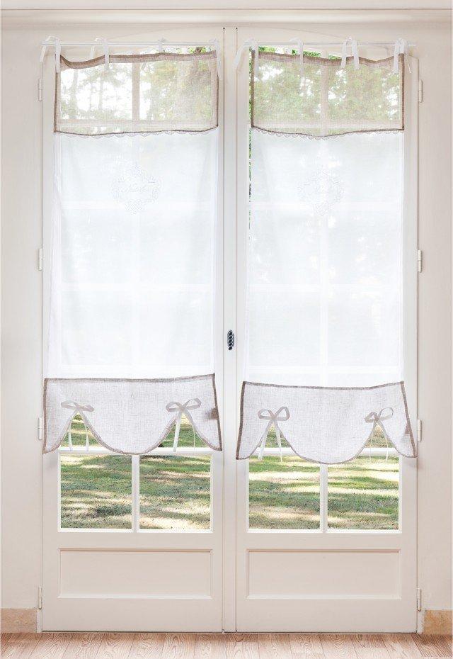 Ste Anne, tenda a vetro in lino bianco 30% con inserti decorativi in color écru. Predisposta con nastri in tessuto per il fissaggio a bastone. Ogni telo misura L 70 x H 160 e costa 27,50 l'uno, di Maisons Du Monde. www.maisonsdumonde.com