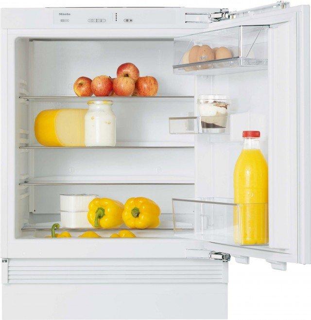 Il frigocongelatore da sottopiano K 9122 Ui di Miele, ha 4 ripiani in parte regolabili in altezza, di cui uno divisibile balconcino per la conservazione di burro e formaggio, staffa per bottiglie e due contenitori per frutta e verdura. La zona di refrigerazione è capiente 137 litri. E' alto 81,95 cm. Prezzo  1.455 euro. www.miele.it