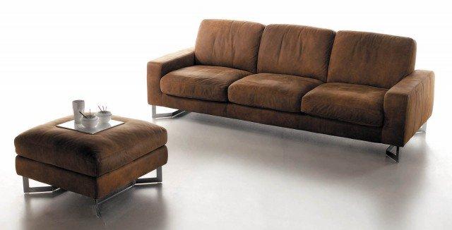 Il divano  Vinci di Rosini ha grandi e morbidi cuscini imbottiti; è rivestito con un pellame selezionato e poggia su una struttura in metallo. Misura L 242 x P 100 x H 86 cm. Prezzo 2.928 euro www.rosinidivani.it