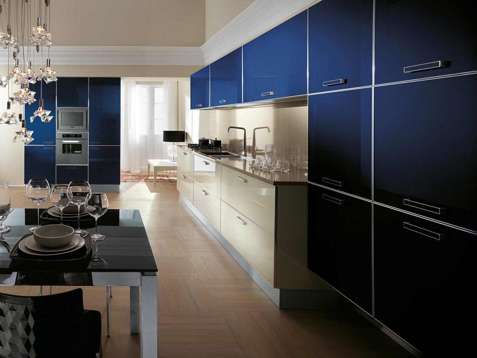 È Realizzata Con Ante In Vetro Blu Navy E In Vetro A Doghe Color  #28416F 1600 1200 Cucine Piccole E Colorate