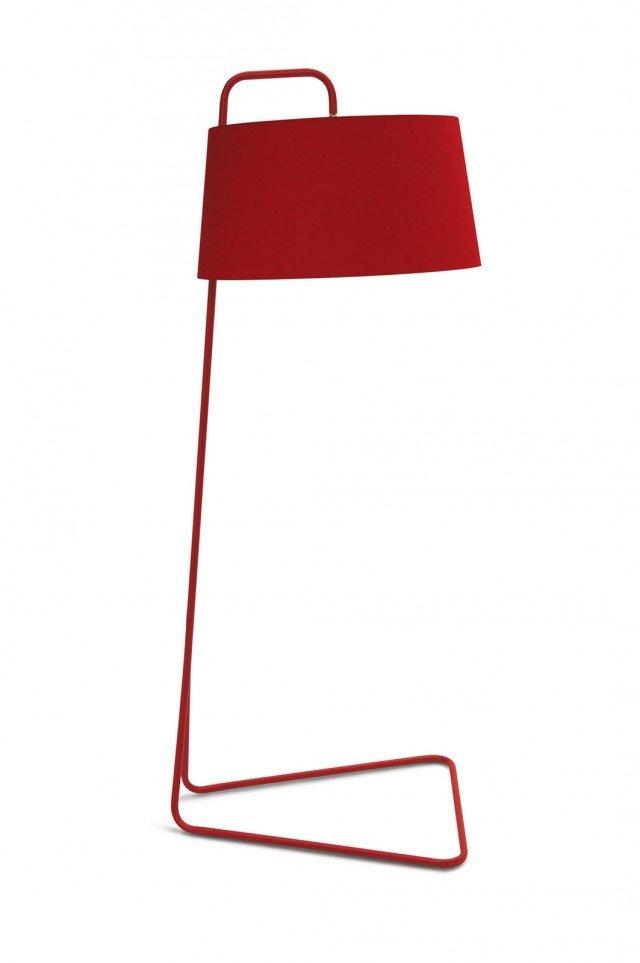 Ha un design minimalista Sextans di Calligaris, lampada indicata per uno stile sia moderno, sia classico. In metallo verniciato con paralume in tessuto, disponibile in altre varianti di colore. Misura Ø 70 x H 188 cm, diffusore H 35 cm. Prezzo 554 euro. www.calligaris.it