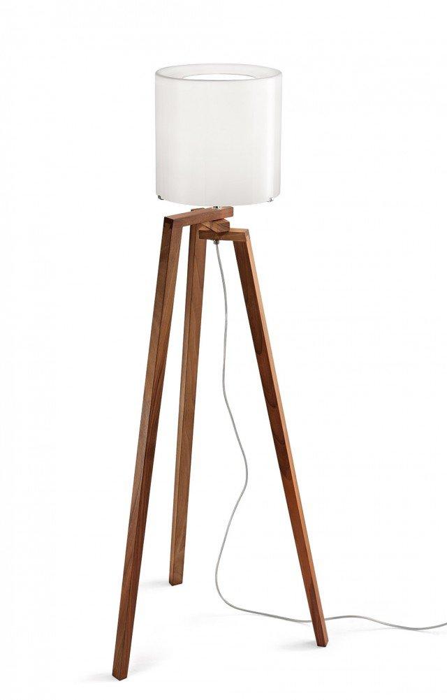 Adattabile a diversi contesti, la lampada da terra Trepai di Vistosi ha la base in legno massello rotante e il paralume in vetro. Misura base L 43 x P 43 x H totale 131 cm, paralume Ø 26 cm. Prezzo 546,60 euro. www.vistosi.it