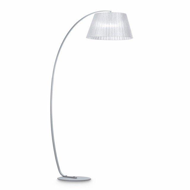 La forma ad arco di Pagoda Pt1 argento di ideal Lux, rende la lampada adatta alla lettura. Ha la base in metallo e finitura in smalto bianco satinato, paralume in tessuto a inclinazione regolabile. Misura Ø 37,5 x H 184. Prezzo 264 euro. www.ideal-lux.it